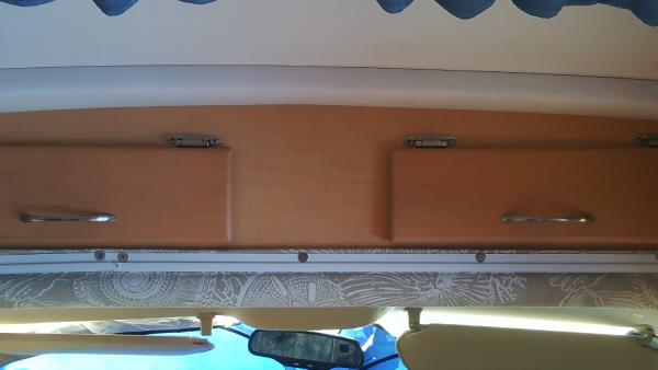 Cabinet edge at the pass through between the coach and the driving cabin